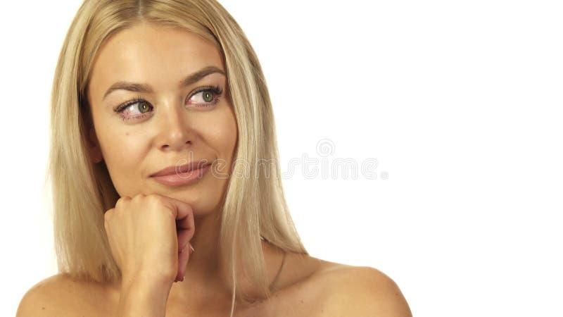 Niesamowicie piękna dziewczyny zamyślenia pozycja przeciw białej ścianie fotografia stock