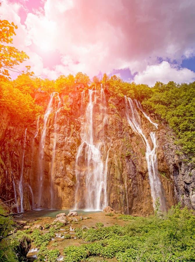 Niesamowicie piękny bajecznie magiczny krajobraz z siklawą zdjęcia royalty free