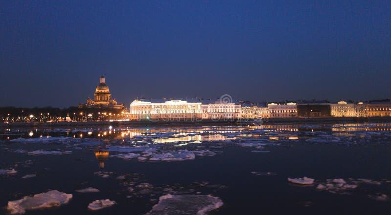 Niesamowicie piękny widok Neva rzeki i St Isaac ` s katedra przy nocą Iluminacja ulicy i budynki w Spb obrazy stock