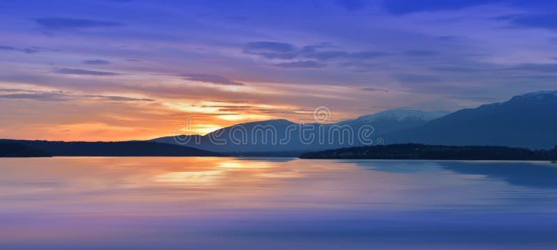 Niesamowicie piękny zmierzch Słońce, jezioro Zmierzch lub wschodu słońca krajobraz, panorama piękna natura Niebo zadziwiające kol obraz stock