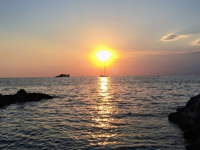 Niesamowicie piękny zmierzch z słońce iść puszkiem za adriatic morzem na zewnątrz Rovinj, Chorwacja zdjęcie stock