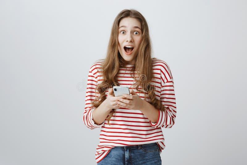 Niesamowicie szczęśliwa kobieta otrzymywał wideo powitanie od przyjaciół Portret zadziwiający atrakcyjny kobieta modela mienie obraz stock