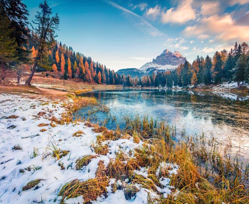Niesamowita, słoneczna scena jeziora w Antorno z górą Tre Cime di Lavaredo Drei Zinnen Kolorowy krajobraz jesienny w Alpach Dolom obrazy royalty free