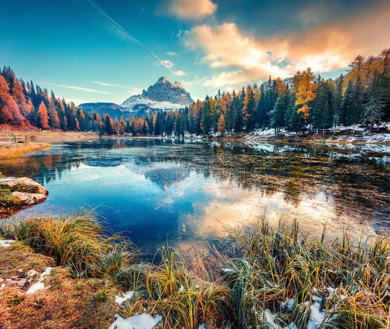 Niesamowita scena poranna jeziora Antorno z górą Tre Cime di Lavaredo Drei Zinnen Kolorowy jesienny wschód słońca w Alpach Dolomi zdjęcie stock
