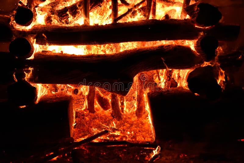 niesamowite brutalne ognisko ognia w ciemnej nocy, które wydaje się drzwiami piekła Spalanie drewna opałowego powoduje powstawani zdjęcia royalty free