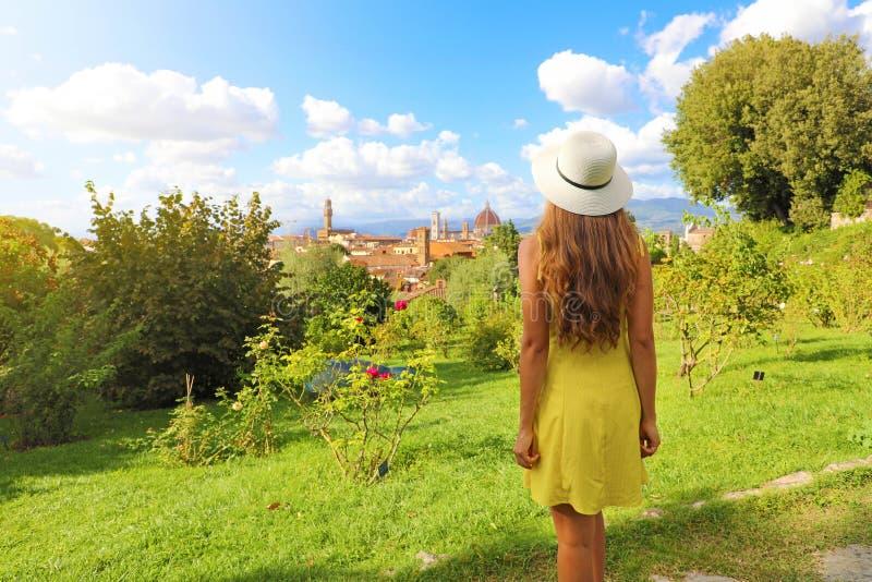 Niesamowite zdjęcie młodej kobiety, która odkryła Florencję jako miejsce narodzin renesansu we Włoszech zdjęcia stock