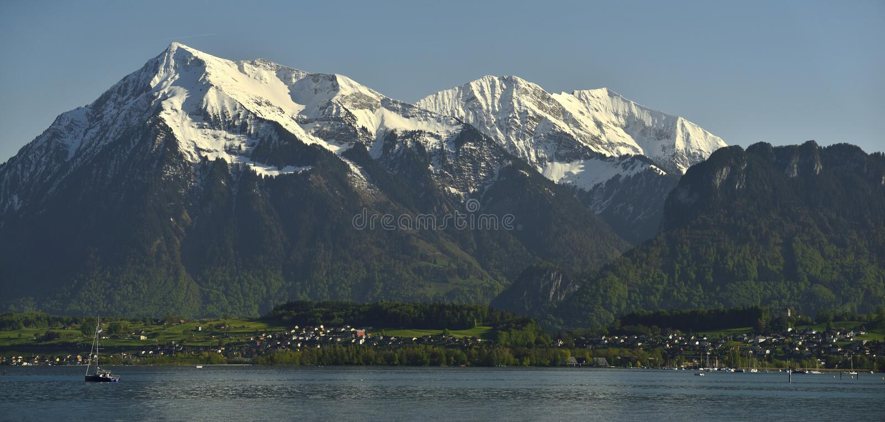 Niesen峰顶和湖图恩和Bernese阿尔卑斯山全景  库存照片