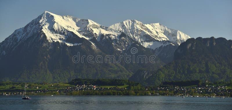 Niesen-Spitze und Bergpanorama von See Thun und von Bernen Alpen stockfoto