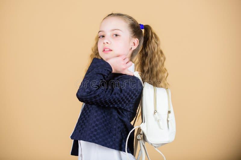 Niesie torb? wygodn? Elegancki mini plecak Uczy si? jak dysponowany plecak prawid?owo Dziewczyny mały modny cutie niesie zdjęcie stock