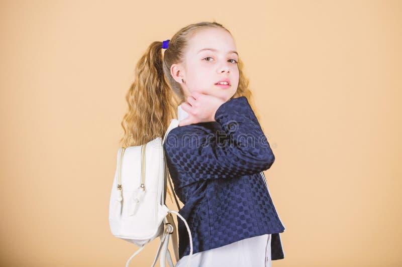 Niesie torb? wygodn? Elegancki mini plecak Uczy si? jak dysponowany plecak prawid?owo Dziewczyny ma?y modny cutie niesie fotografia royalty free