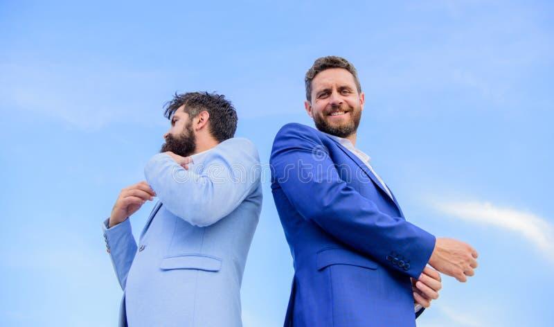 Nieskazitelnie pojawienie ulepsza reputacja profesjonalisty przedsiębiorcy Doskonalić w każdy szczególe Biznesowi mężczyzna stoją zdjęcia royalty free