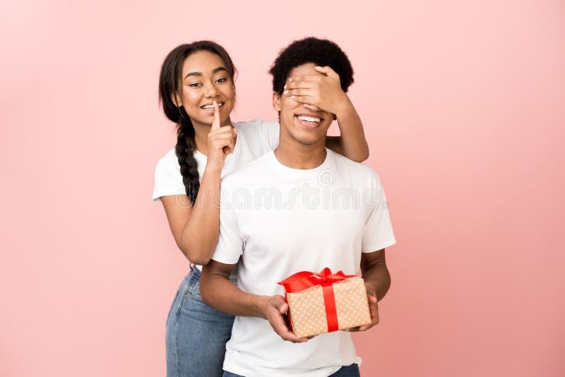 Niespodzianka Dziewczyna zasłaniająca oczy chłopaka zdjęcia royalty free