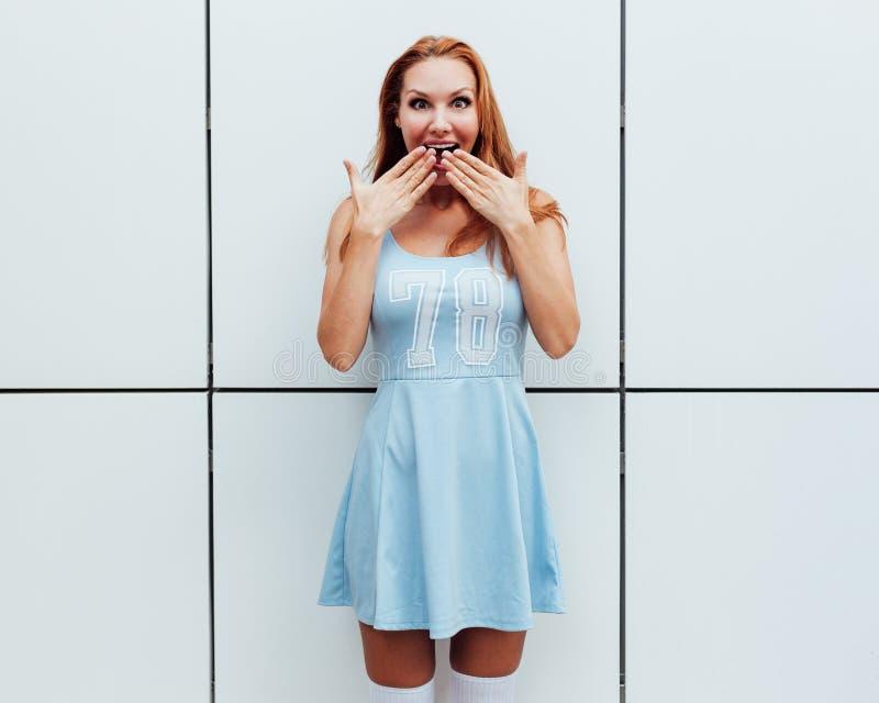 niespodzianka gorszyciele Szokującej i zdziwionej dziewczyny krzyczący nakrywkowy usta ona ręki Rudzielec młoda kobieta zadziwiaj obraz royalty free