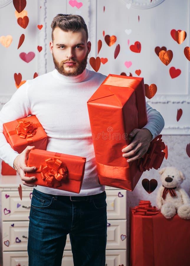 niespodzianka, romantyczna Walentynka dnia prezent Prezent dla dziewczyny Atrakcyjny macho z prezentami świętuje valentines dzień obrazy stock