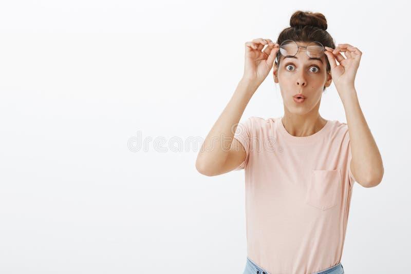 Niespodzianka, wyrazy twarzy i ludzie pojęć, Z podnieceniem rozbawiony i intrygujący młody żeński coworker zdejmuje szkła obraz royalty free