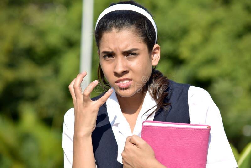 Niespokojna Śliczna Kolumbijska osoba Jest ubranym mundurek szkolnego Z notatnikiem obrazy royalty free