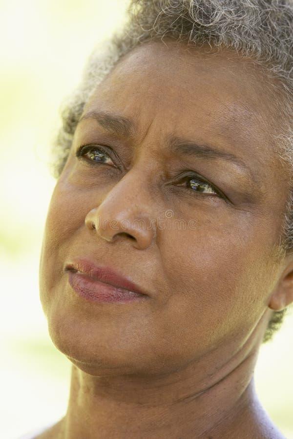 niespokojna przyglądająca portreta seniora kobieta zdjęcia royalty free