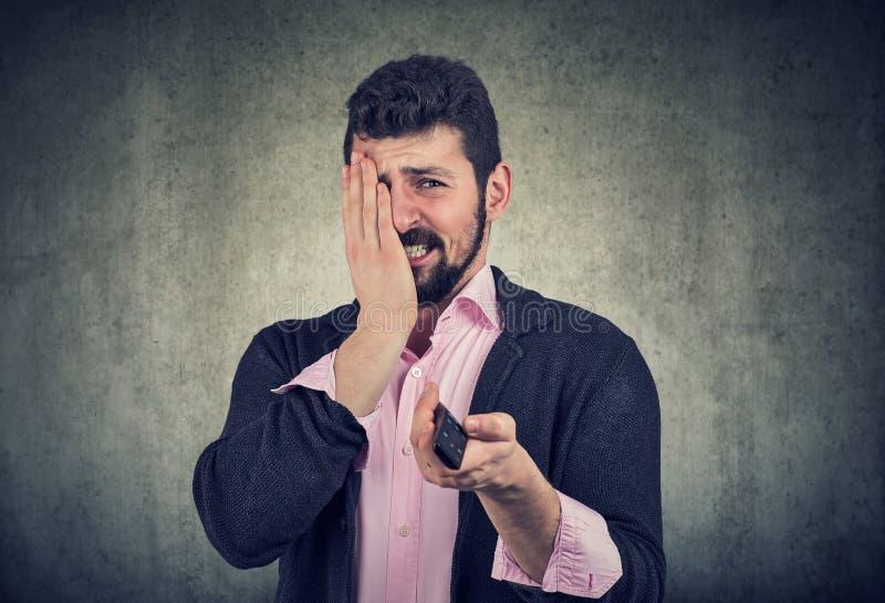Niespokojni straszący młodego człowieka dopatrywania horrory zdjęcia stock