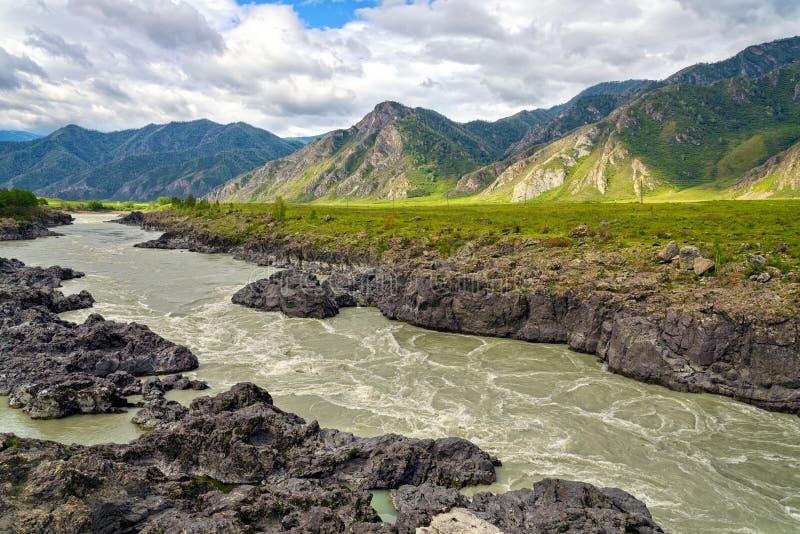 Niespokojny Halny Rzeczny spływanie wzdłuż Powulkanicznej skały zdjęcie royalty free