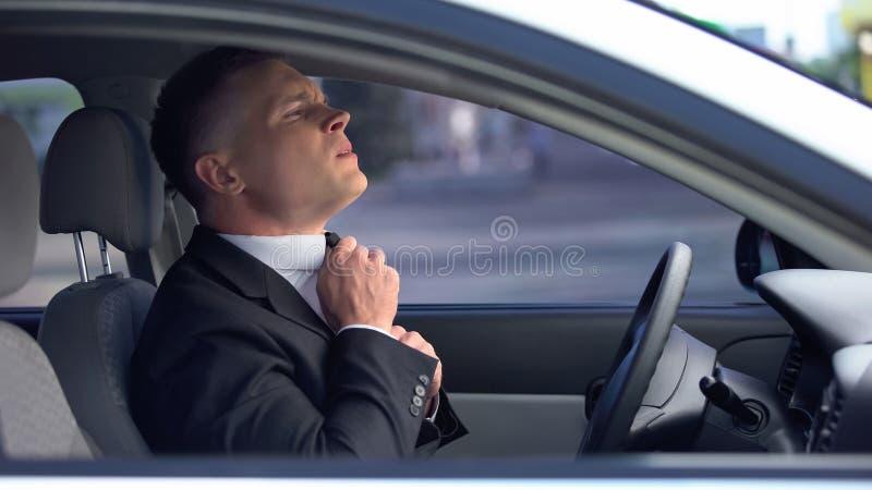 Niespokojny mężczyzna dostosowujący czas w samochodzie, zmartwiony przed ważnym spotkaniem, rozmową kwalifikacyjną zdjęcie royalty free