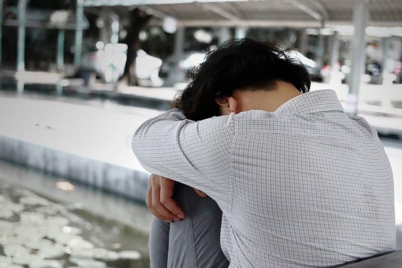 Niespokojny zaakcentowany młody Azjatycki biznesowego mężczyzna cierpienie od surowej depresji Rozważny pojęcie obrazy royalty free