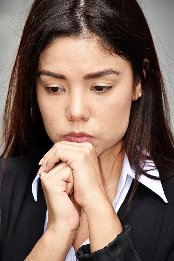 Nieszczęśliwa Latynoska Biznesowa kobieta Jest ubranym kostium obraz royalty free