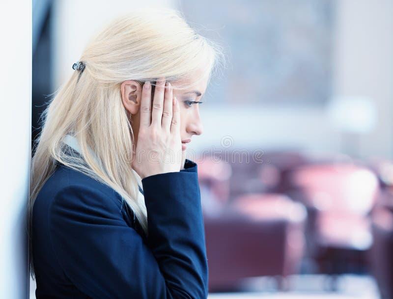 Nieszczęśliwa młoda biznesowa kobieta obrazy stock