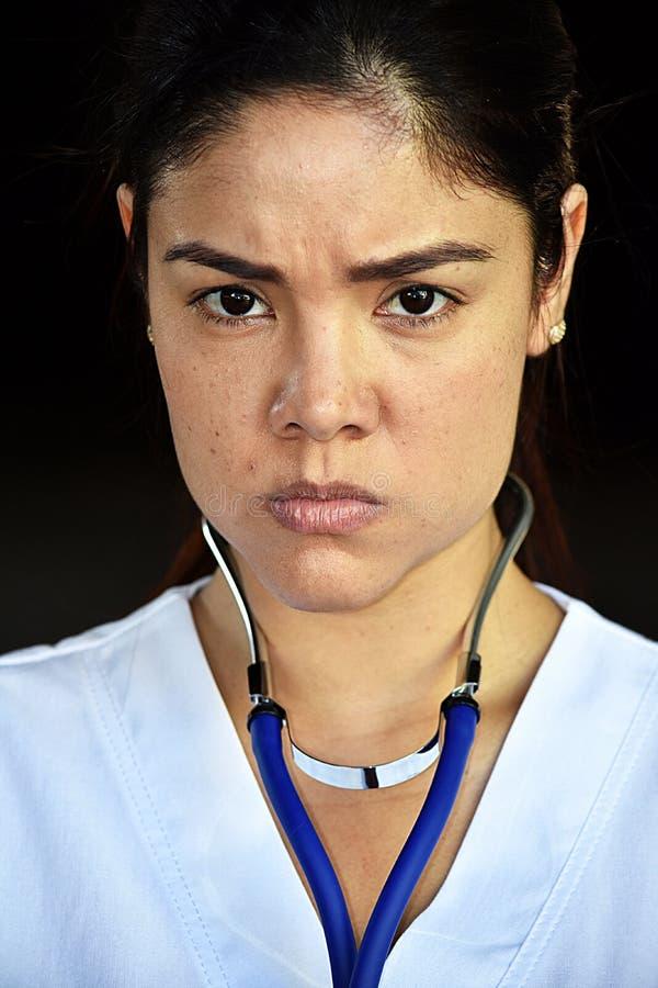 Nieszczęśliwa Młoda Kolumbijska pielęgniarka Jest ubranym pętaczki zdjęcie stock