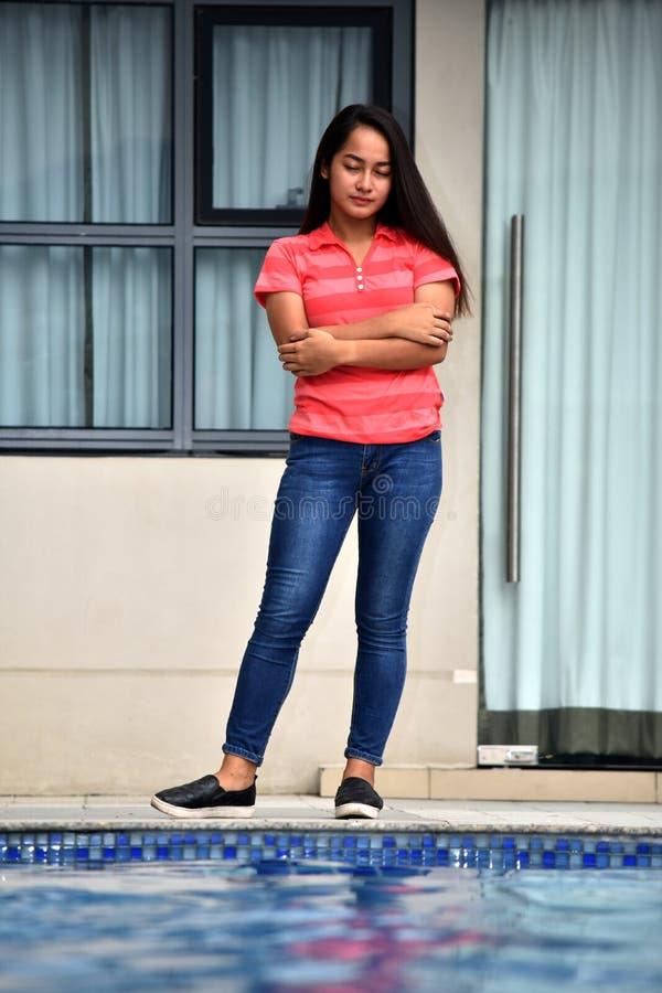 Nieszczęśliwa Mniejszościowa Żeńska młodzieniec pozycja zdjęcia royalty free