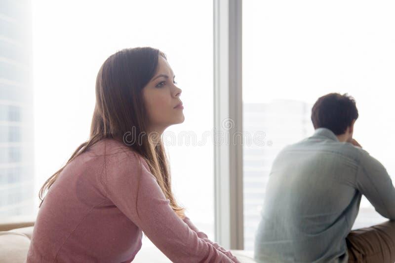 Nieszczęśliwa para ignoruje each inny po argumenta, problemy w r obraz stock