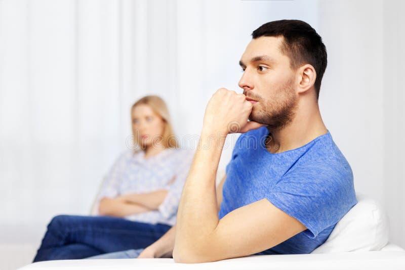 Nieszczęśliwa para ma argument w domu zdjęcia royalty free