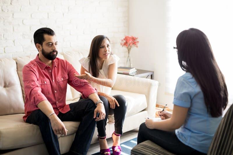 Nieszczęśliwa para opowiada małżeństwo doradca obrazy stock