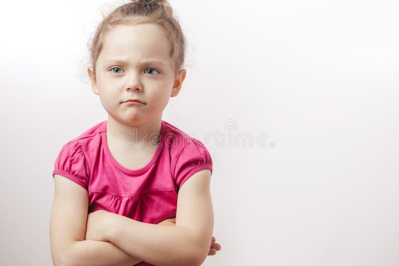 Nieszczęśliwa piękna imbirowa dziewczyna z krzyżować rękami wyraża nieporozumienie Język ciała zdjęcia royalty free