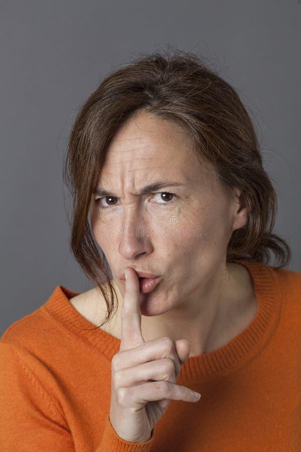 Nieszczęśliwa piękna w średnim wieku kobieta wymaga ciszę, dyskrecję lub ostrzeżenie, fotografia royalty free