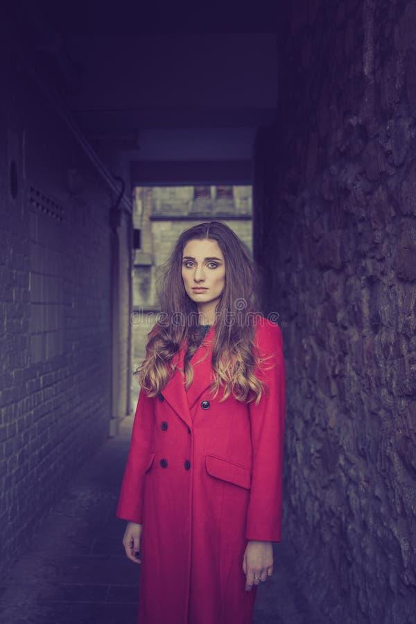 Nieszczęśliwa przyglądająca kobieta w ciemnym tunelu obrazy royalty free