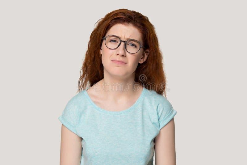 Nieszczęśliwa wzburzona twarzy wyrażeń rudzielec kobieta odizolowywająca na popielatym tle obrazy royalty free