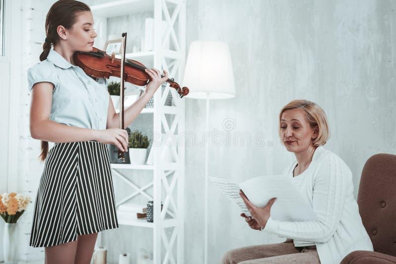 Nieszczęśliwa zwarzona kobieta słucha jej uczeń obraz stock
