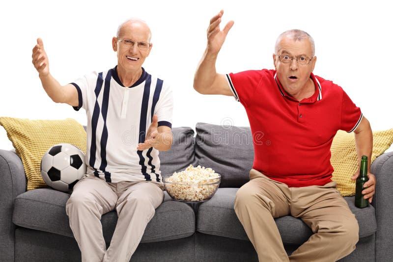 Nieszczęśliwi seniory ogląda futbol zdjęcie royalty free