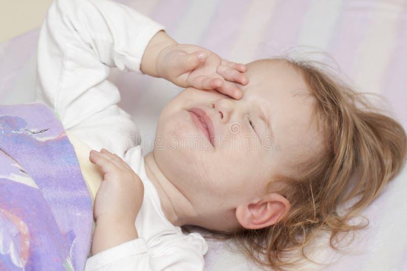 nieszczęśliwy dziecka łóżko obraz royalty free