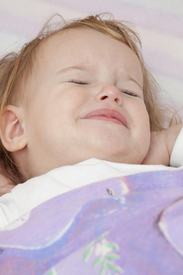 nieszczęśliwy dziecka łóżko zdjęcia stock