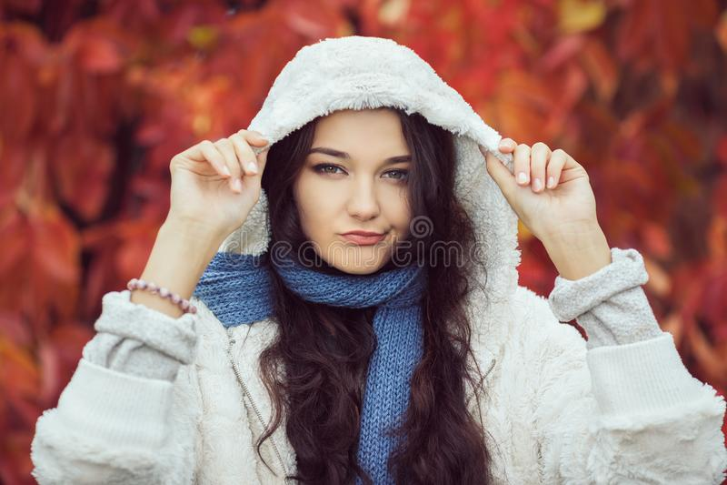 Nieszczęśliwy jesieni kobiety mody modela portret zdjęcie stock