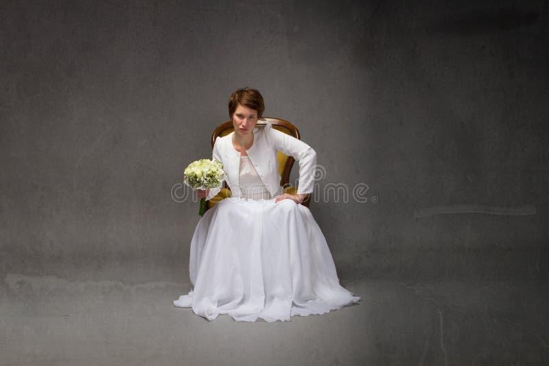 Nieszczęśliwy panny młodej obsiadanie zdjęcia stock