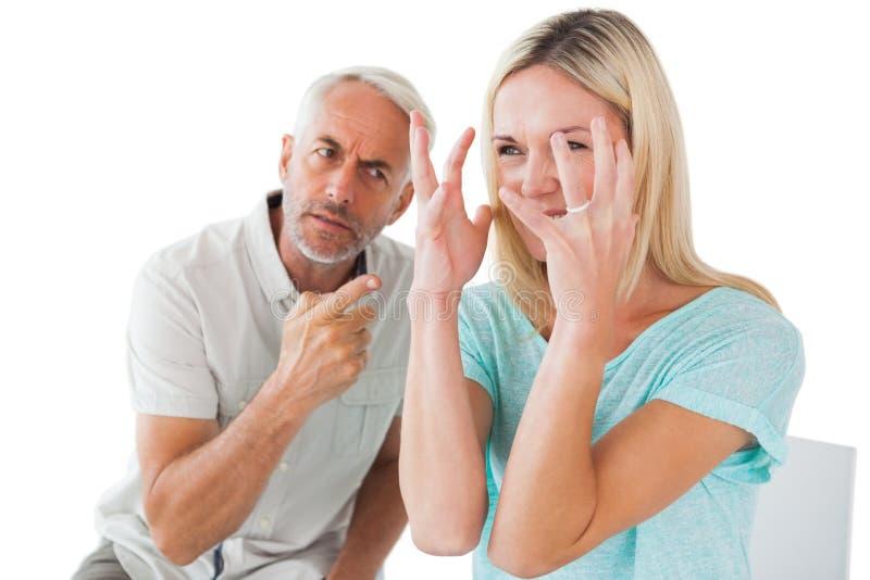 Nieszczęśliwy pary obsiadanie na krzesłach ma argument zdjęcie royalty free