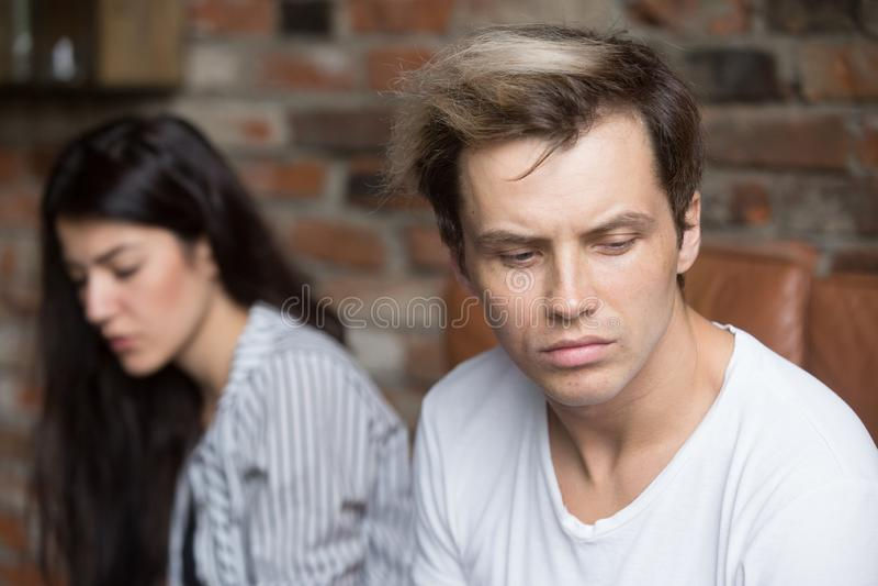 Nieszczęśliwy pary obsiadanie na leżance w domu fotografia royalty free