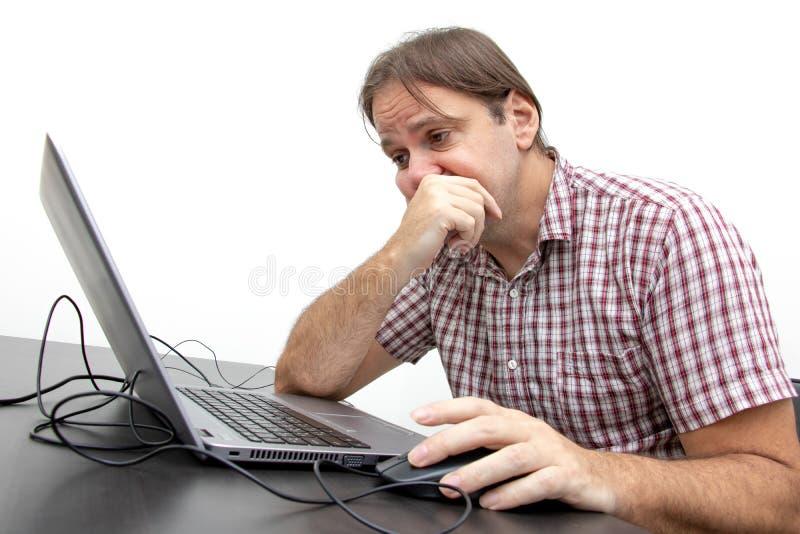 Nieszczęśliwy użytkownik patrzeje pokazu notatnik zdjęcia stock