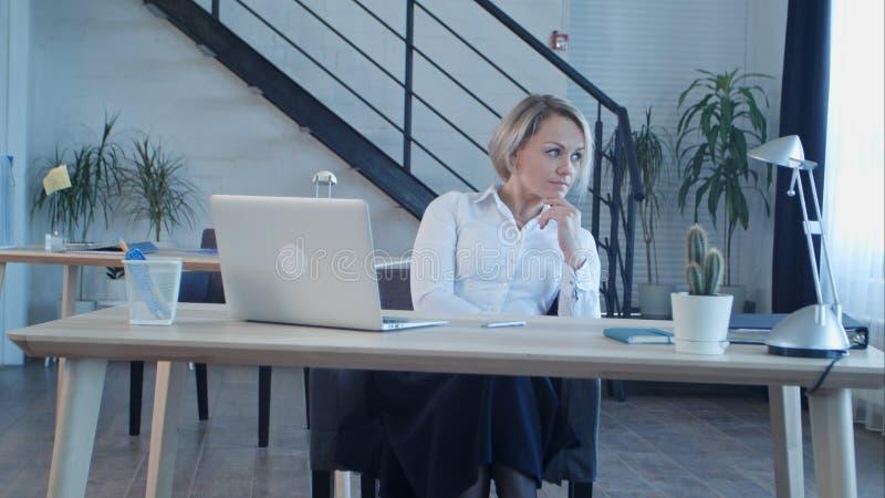 Nieszczęśliwy zanudzający kobiety obsiadanie w biurze zdjęcia royalty free
