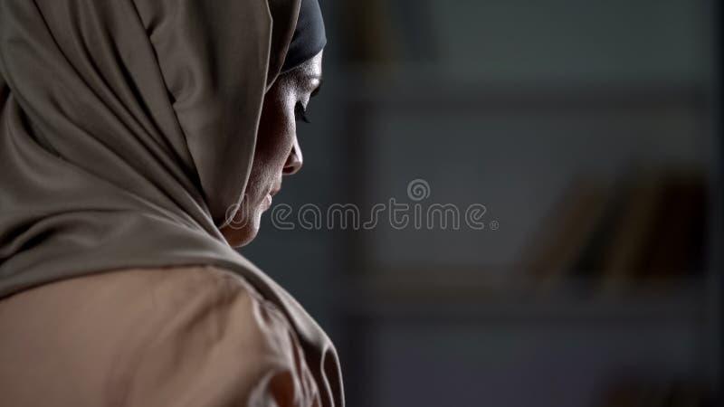 Nieszcz??liwa arabska kobieta w hijab w g?r?, pesymistyczny nastr?j, stroskanie, melancholia obrazy stock