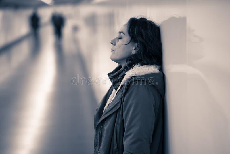 Nieszcz??liwego m?odej kobiety uczucia smutny i zaakcentowany cierpienie od depr fotografia royalty free