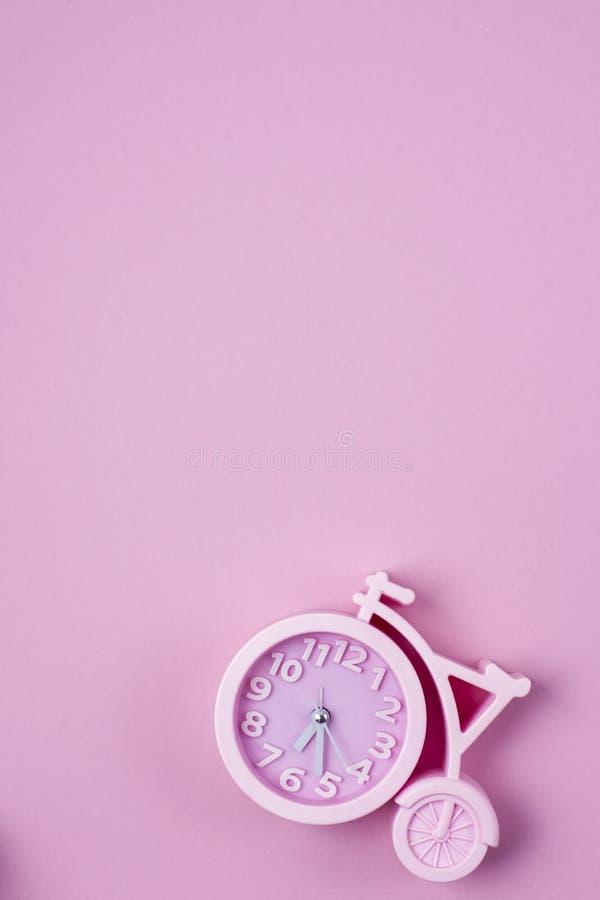 Niet een roze achtergrond een klok in de vorm van een fiets royalty-vrije stock foto