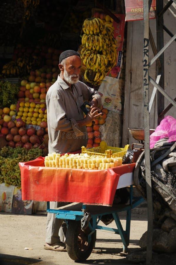 Niet geïdentificeerd mensen verkopend suikerriet in markt, Pakistan royalty-vrije stock foto
